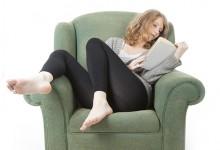 Jonge vrouw leest boek