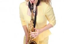 Jonge vrouw met saxofoon