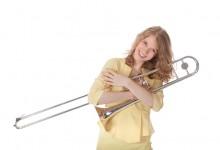 Jonge vrouw met trombone