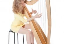 Jonge vrouw speelt harp