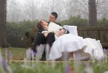 Bruidspaar op bankje